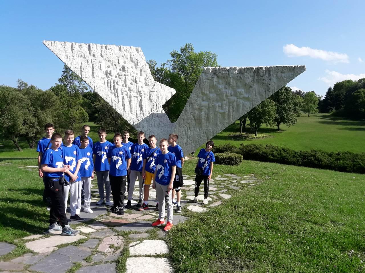 Reprezentacija Republike Srpske 2006 godište u obilasku spomen parka u Šumaricama